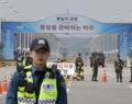 Ο Κιμ Γιονγκ Ουν πατάει τη... συνοριακή γραμμή που χωρίζει τη Νότια Κορέα