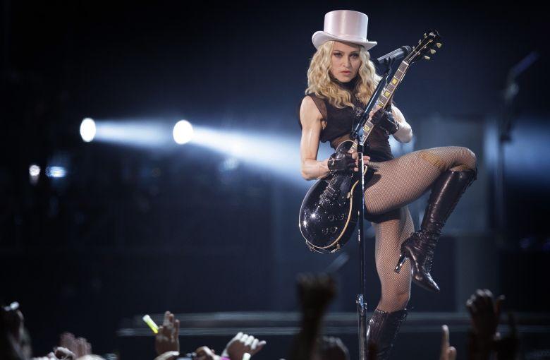 Η Μαντόνα ποζάρει topless και προκαλεί χαμό