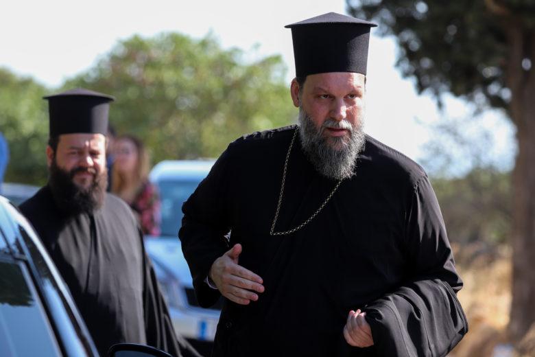 Η νύφη έφτασε με τον γιο της στην εκκλησία – News.gr