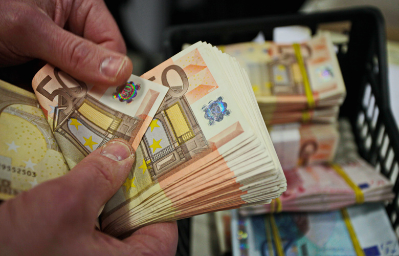 Του «έφαγε» 50.000 ευρώ η κουμπάρα!
