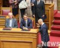 Ο ιδιαίτερος χαιρετισμός του Μπογδάνου στον Μητσοτάκη κατά την ορκωμοσία της Βουλής