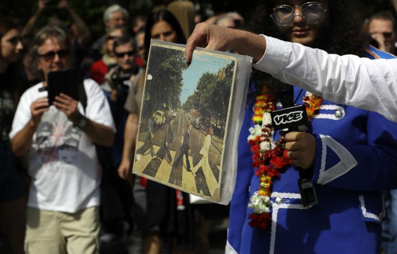 Οι φαν των Μπιτλς γιορτάζουν την 50ή επέτειο της φωτογραφίας του «Abbey Road» – News.gr