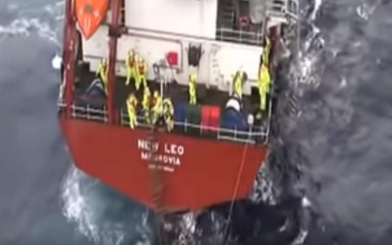 Εντυπωσιακές εικόνες της διάσωσης 14 ναυτικών από ακυβέρνητο πλοίο! (Βίντεο)
