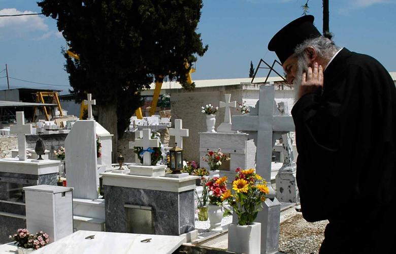 Διέκοψαν την κηδεία για να συλλάβουν τον… ιερέα!