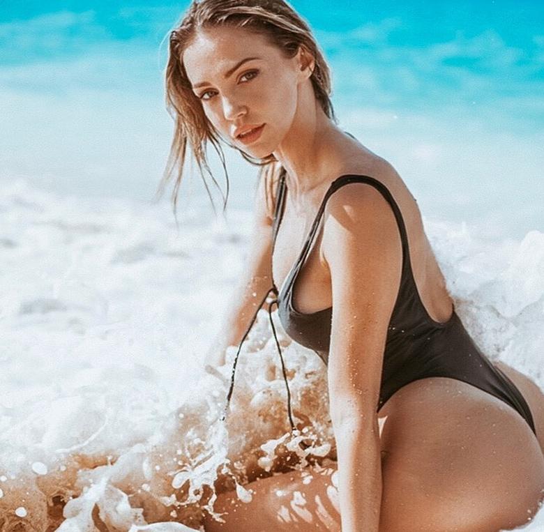Το σέξι κορίτσι από τα «Ξημερώματα» του Αργυρού είναι κόρη Έλληνα επιχειρηματία