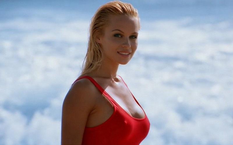 H Πάμελα Άντερσοv, στα 52 τnς, βάζει τo μαγιό και τρέχει ξανά… αλά Baywatch! (Βίντεο)