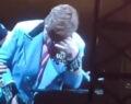 Έλτον Τζον: Έχασε τη φωνή του πάνω στη σκηνή και ξέσπασε σε κλάματα