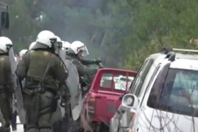Βίντεο–Ντοκουμέντο με άνδρες των ΜΑΤ να σπάνε αυτοκίνητο κατοίκου, στη Λέσβο!