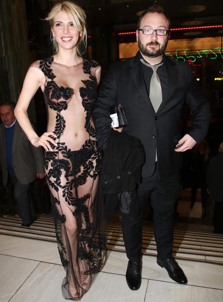 Η εμφάνιση της Χριστιάνα Καρνέζη με διαφανές μαύρο φόρεμα, χωρίς εσώρουχα, που έμεινε αξέχαστη