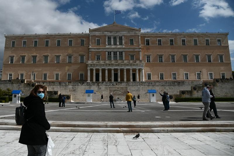 Corriere della Sera: «Γιατί η Ελλάδα έχει τόσο λίγους νεκρούς και κρούσματα;»