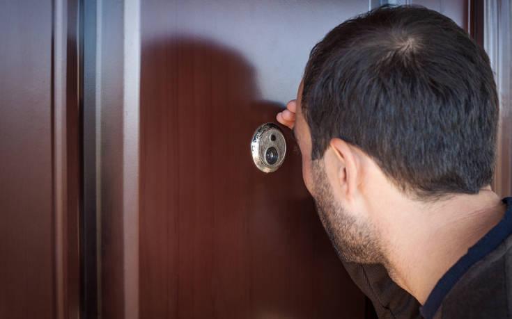 Γιατί πρέπει πάντα να καλύπτεις το ματάκι της πόρτας