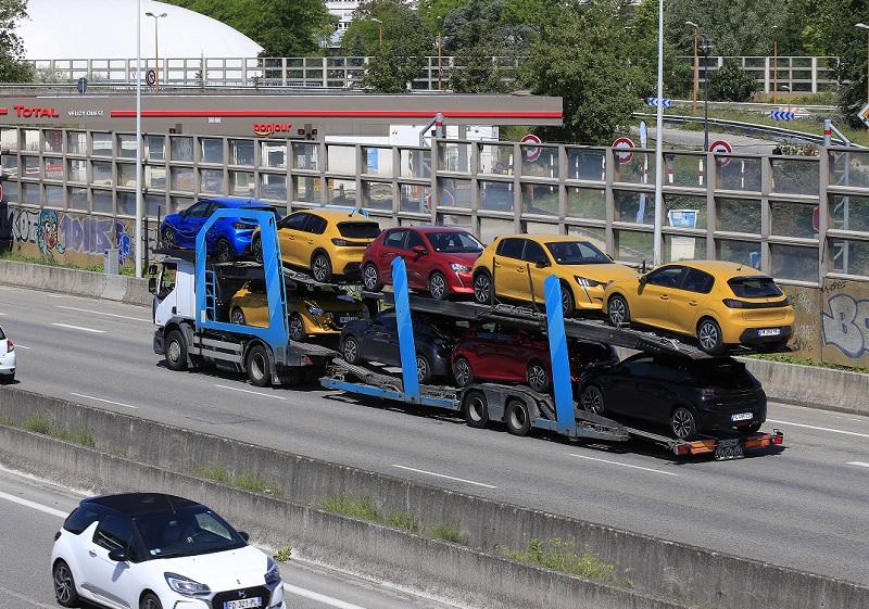 Ο Μακρόν «ρίχνει» 8 δισ. ευρώ στην γαλλική αυτοκινητοβιομηχανία