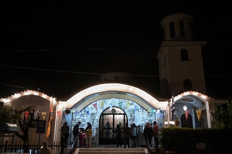 Γιορτάστηκε η Ανάσταση και το «Χριστός Ανέστη» σε εκκλησίες της χώρας