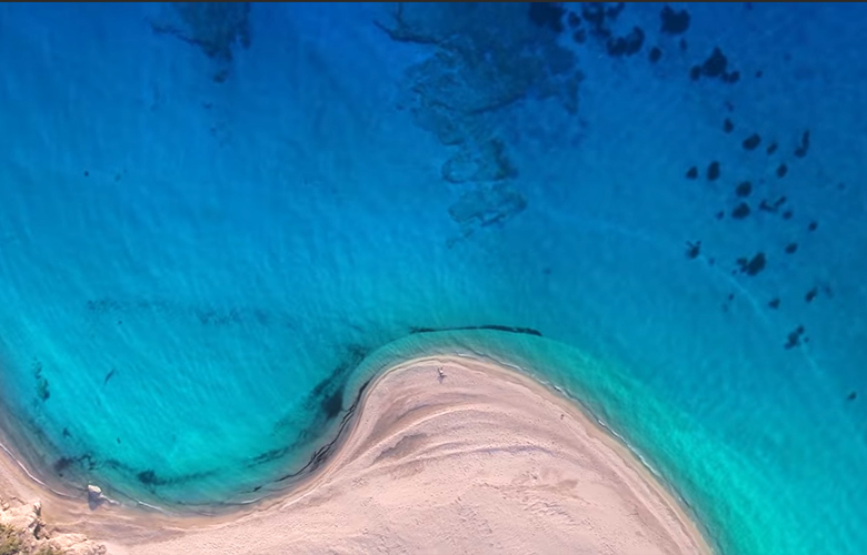 Ποια είναι η παραλία που πρωταγωνιστεί στο βίντεο για τον ελληνικό τουρισμό