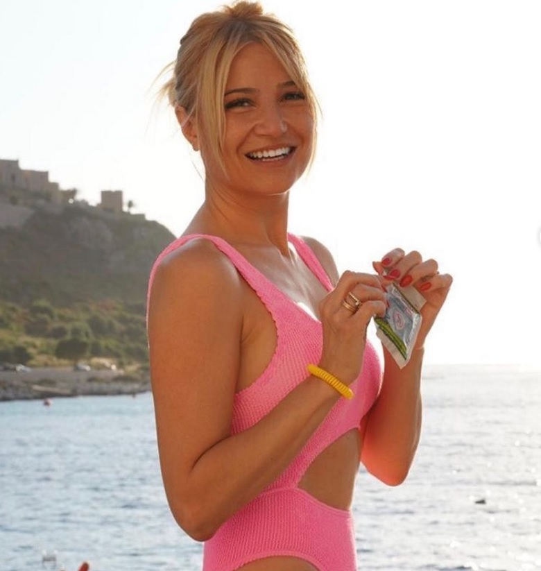 Η Φαίη Σκορδά επιδεικνύει το υπέροχο κορμί της στην παραλία – News.gr
