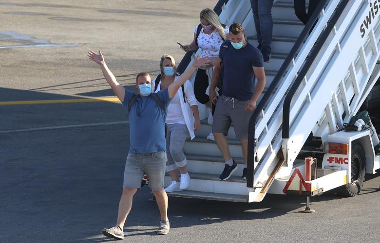'Εφθασαν τα πρώτα αεροπλάνα στη Σκιάθο – Σε τεστ ελέγχου οι τουρίστες 1