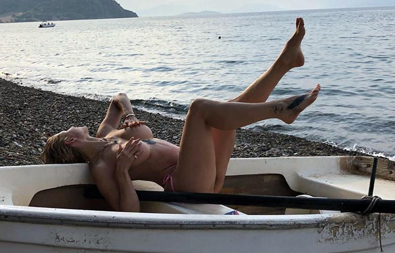 Η Ευρυδίκη Παπαδοπούλου ποζάρει topless και προκαλεί «εγκεφαλικά»