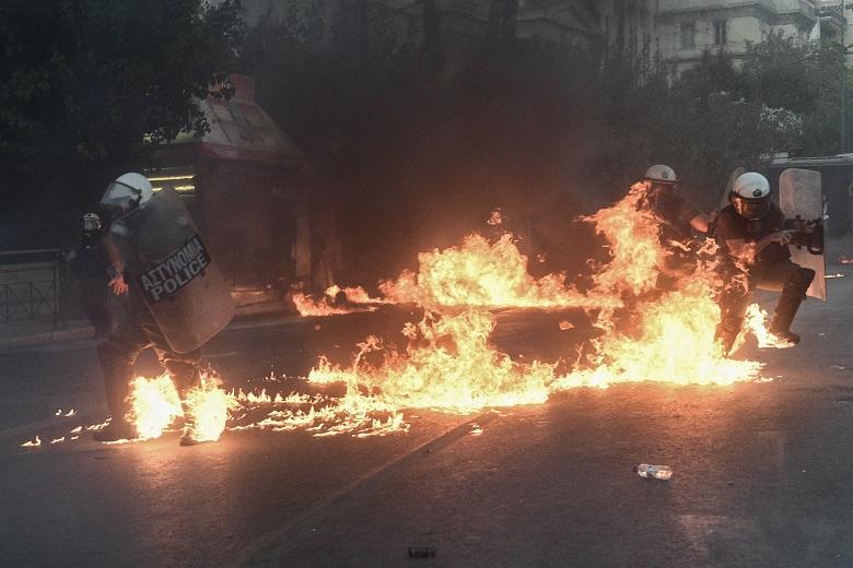 Συλλήψεις διαδηλωτών και τραυματισμοί αστυνομικών στο Σύνταγμα