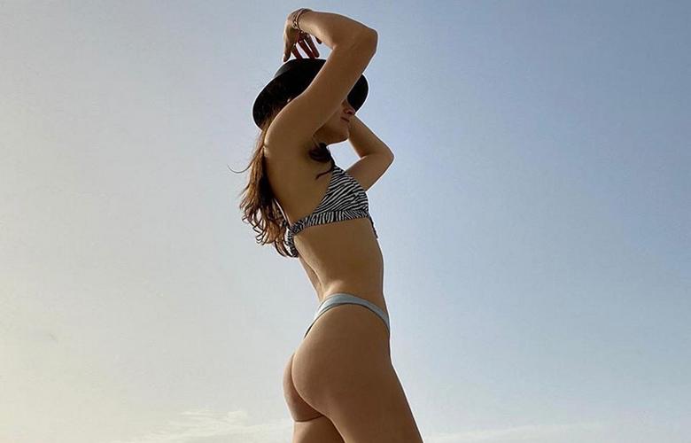 Η Εύη Ιωαννίδου ποζάρει topless με στρινγκ εσώρουχο