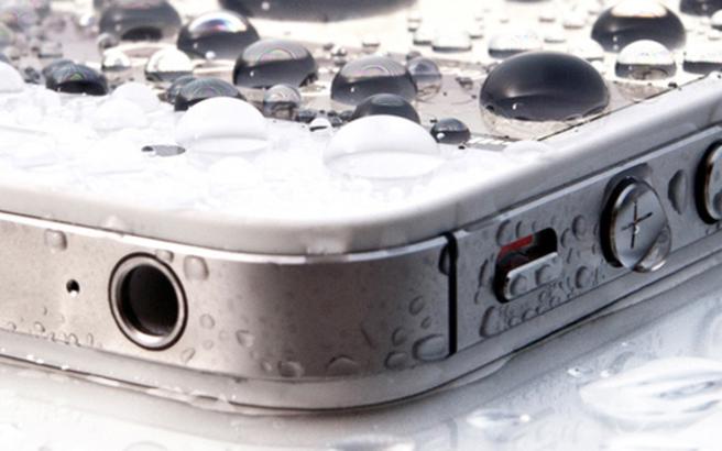 Οι βασικές κινήσεις που πρέπει να κάνεις αν πέσει νερό στο κινητό σου