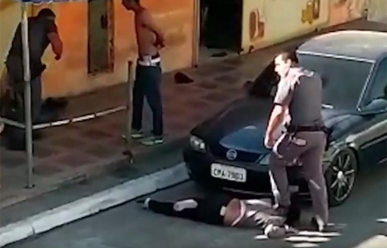 Βίντεο με αστυνομικό στη Βραζιλία να ποδοπατά στο λαιμό μαύρη γυναίκα