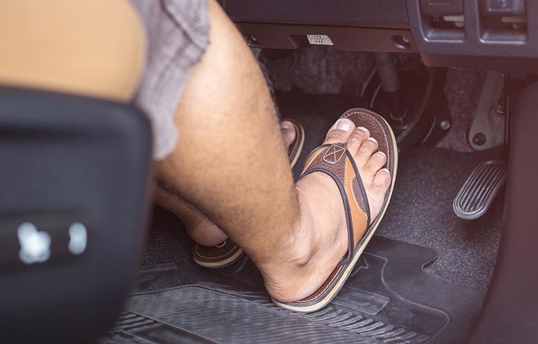 Οδήγηση με σαγιονάρες: Επιτρέπεται ή όχι;