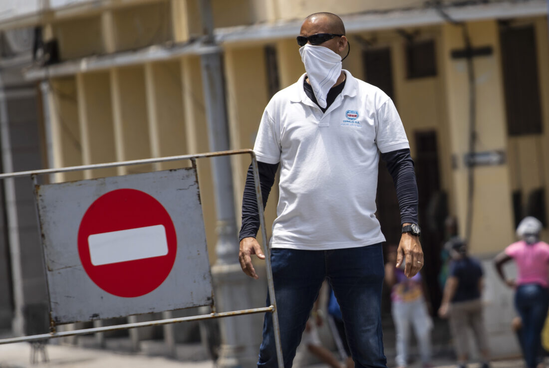 Νέα έρευνα: Τα μαντίλια, οι κουκούλες και τα «κολάρα» λαιμού δεν προστατεύουν από τον κοροναϊό
