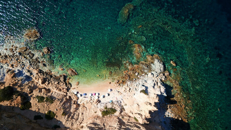 Η παραλία της Αττικής με τα 99 σκαλοπάτια που μοιάζει με Κυκλάδες
