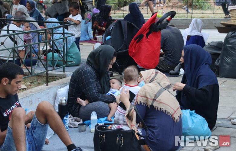 Γέμισε ξανά με πρόσφυγες η πλατεία Βικτωρίας