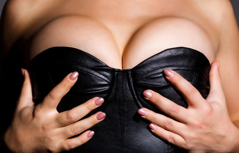 20χρονη Βρετανίδα με τεράστιο στήθος απευθύνει έκκληση για βοήθεια: «Μου καταστρέφει τη ζωή»