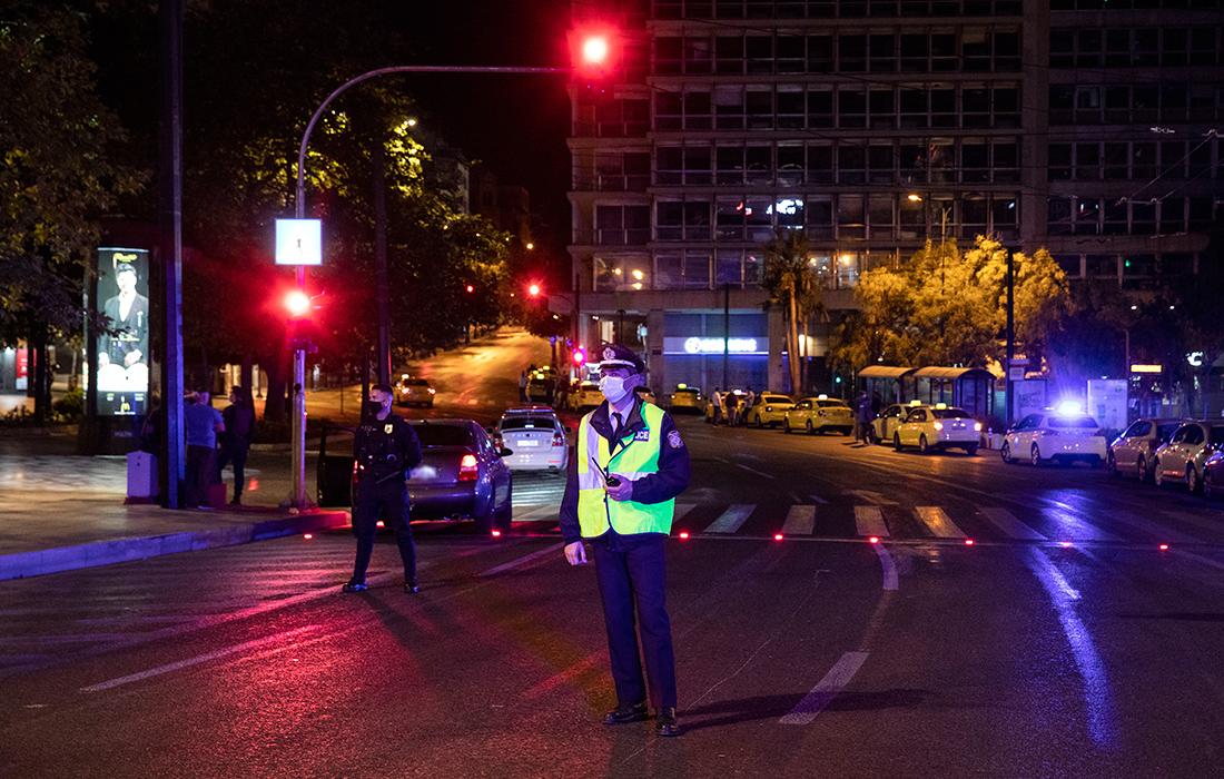 Κοροναϊός: Η έκρηξη κρουσμάτων φέρνει την αντίστροφη μέτρηση για νέα περιοριστικά μέτρα