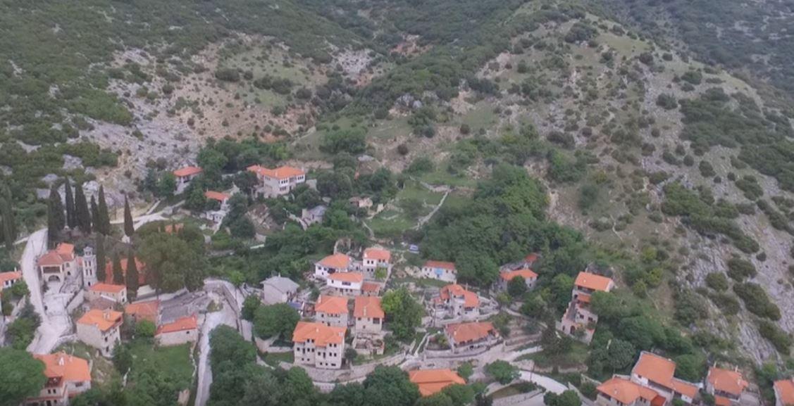 Χιονοχώρι: Το πέτρινο ελληνικό χωριό που τα σπίτια μοιάζουν να κρέμονται στην πλαγιά