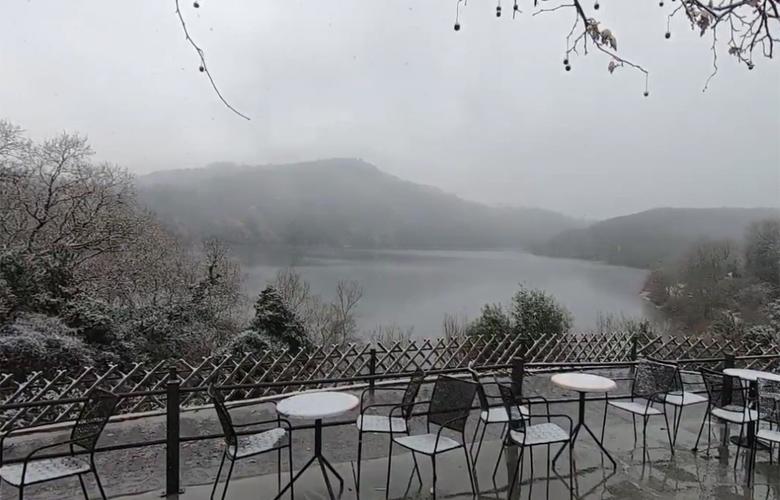 Το μαγευτικό σκηνικό όταν η λίμνη Ζηρού ντύνεται στα λευκά
