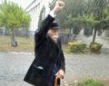 Μόνος του υπό καταρρακτώδη βροχή ο Μ. Γλέζος στο Πολυτεχνείο