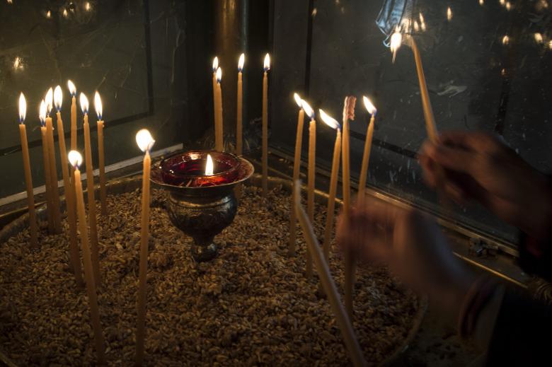 Τι συμβολίζουν τα κεριά και πόση ώρα πρέπει να μένουν αναμμένα στην Εκκλησία