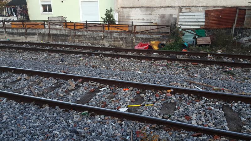 Ξάπλωσε στις γραμμές του τρένου για να αυτοκτονήσει