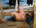 Η βουτιά του Πούτιν στα παγωμένα νερά για τα Θεοφάνεια