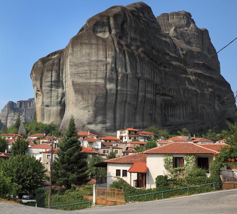 """Καστράκι: """"Βυθισμένο"""" στους βράχους των Μετεώρων - Απόκοσμη ομορφιά!"""