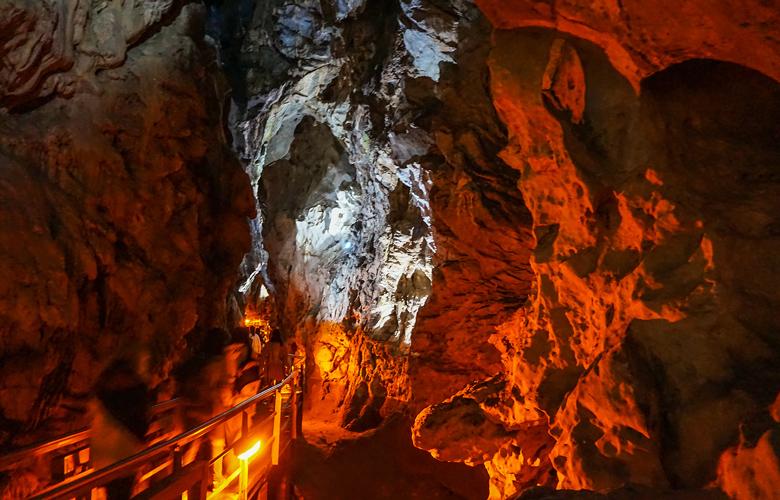 Το Ελληνικό σπήλαιο με τις 13 αλλεπάλληλες κλιμακωτές λίμνες του το καθιστούν μοναδικό